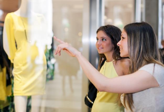 Portret van twee vrouwen die samen winkelen