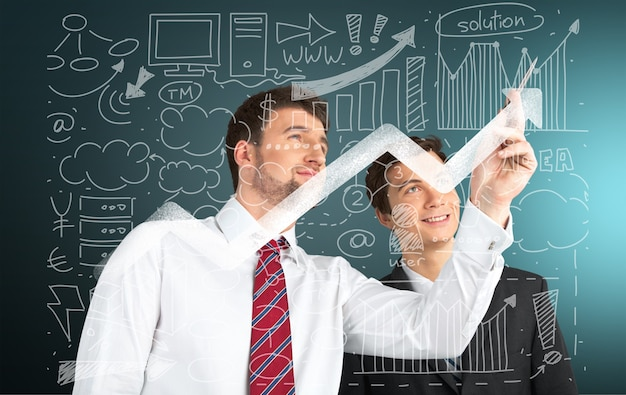 Portret van twee zakenlieden die samenwerken