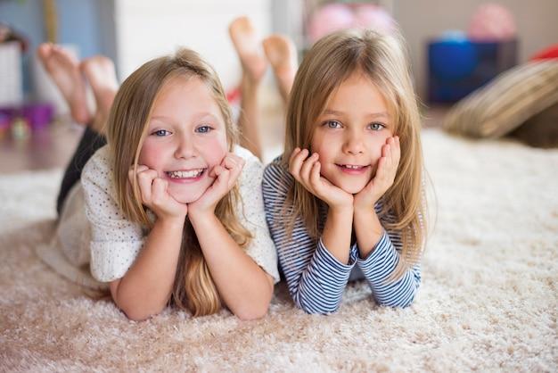 Portret van twee zussen thuis