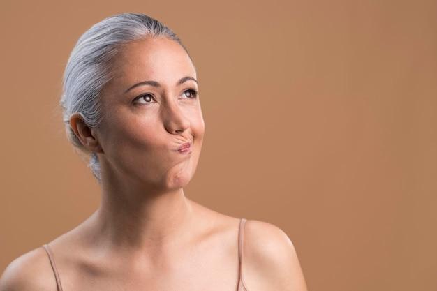 Portret van twijfelachtige oudere vrouw