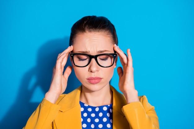 Portret van uitgeput overwerkt meisje marketeer kraag voel hoofdpijn covid-19 infectie symptoom aanraking vinger voorhoofd dragen gele blazer jas geïsoleerd over blauwe kleur achtergrond
