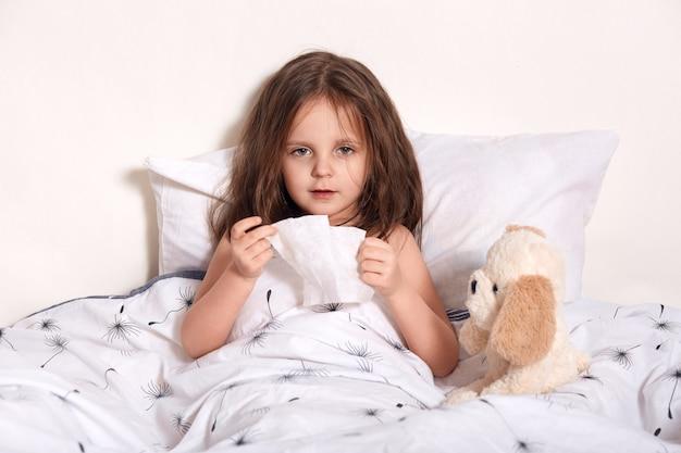 Portret van uitgeput ziek kind direct kijken naar de camera