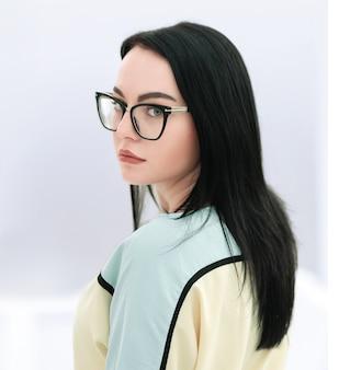 Portret van uitvoerende bedrijfsvrouw met bril. geïsoleerd op een witte achtergrond