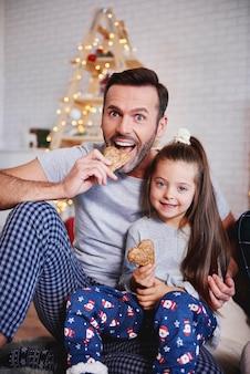Portret van vader en dochter die peperkoek eten