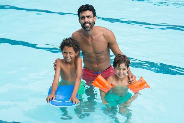 Portret van vader en kinderen lachend in het zwembad
