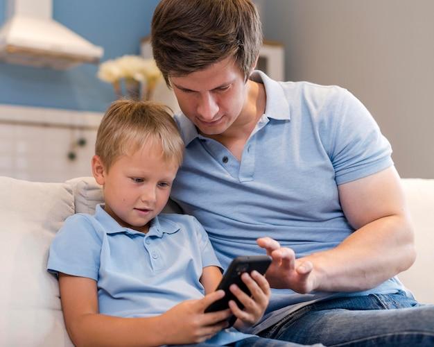 Portret van vader tijd doorbrengen met zoon