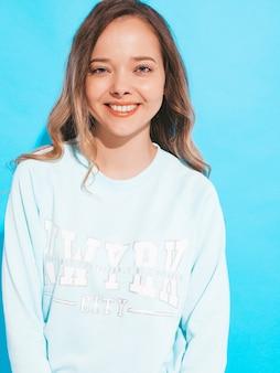 Portret van van gelukkig glimlachend meisje met in vrijetijdskleding zonder make-up. jonge vrouw model poseren