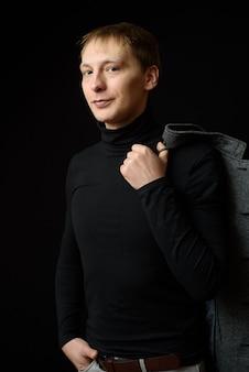 Portret van vastberaden knappe man met zwart shirt.
