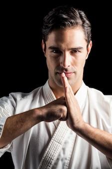 Portret van vechter die handbegroeting uitvoert