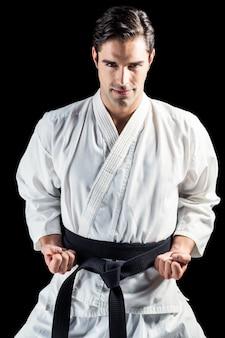 Portret van vechter die karatehouding uitvoert