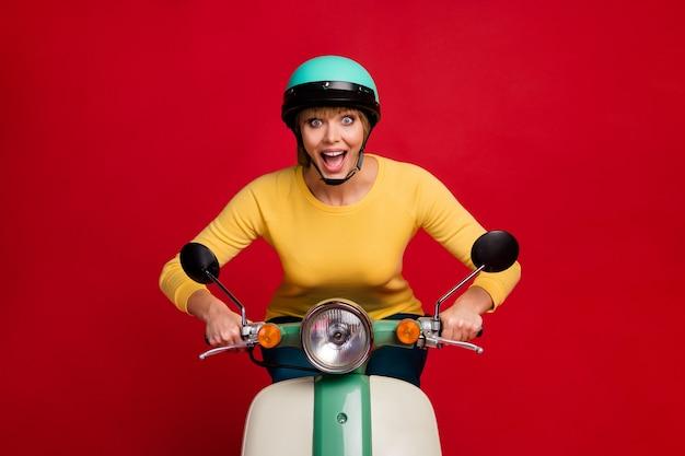 Portret van verbaasd gek meisje rit motorfiets hoge snelheid schreeuw