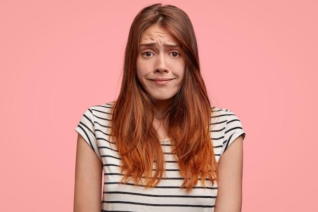 Portret van verbaasde vrouw fronst gezicht met ontevredenheid, heeft een droevige uitdrukking, voelt zich beschaamd. mensen, gezichtsuitdrukkingen