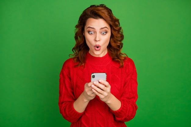 Portret van verbaasde vrouw gebruik smartphone lees social media post