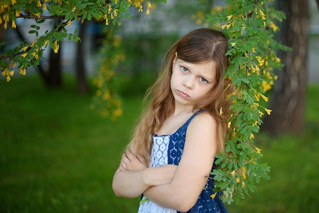 Portret van verdrietig meisje in jurk in park