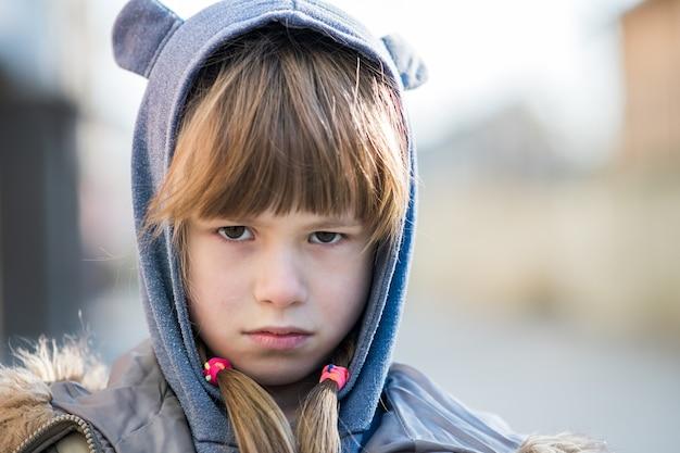Portret van verdrietig meisje in warme kleren