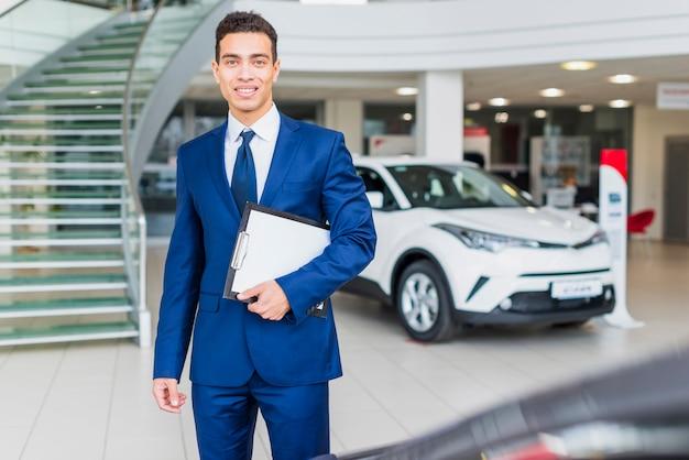 Portret van verkoper in het autohandel drijven