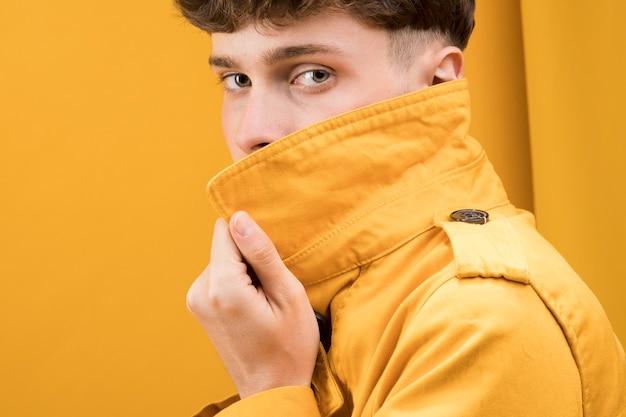 Portret van verlegen modieuze jongen