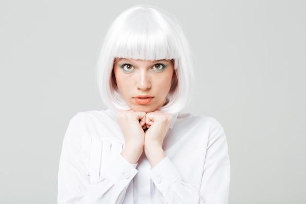 Portret van verlegen schattige jonge vrouw met blond haar