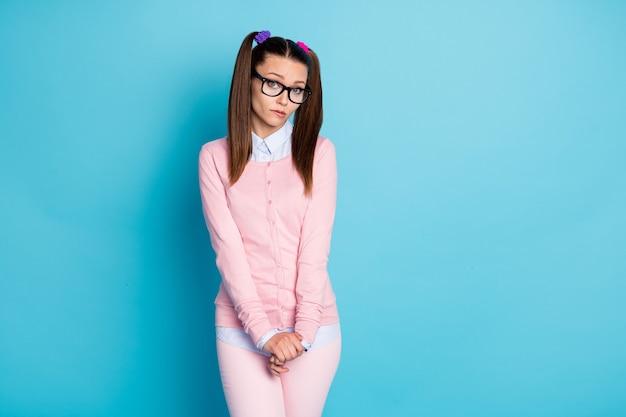 Portret van verlegen twijfelachtig aarzelend collegemeisje dat op de lip bijt