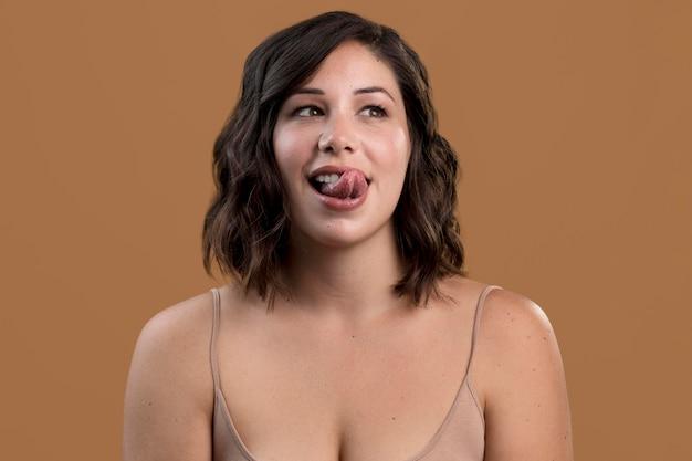 Portret van verleidelijke vrouw met tong uit