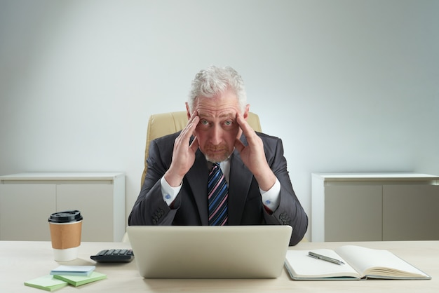 Portret van vermoeide administratieve werknemer