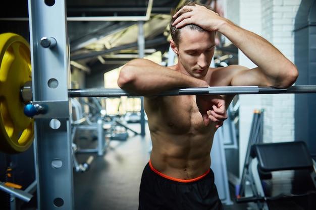 Portret van vermoeide atleet op sportschool