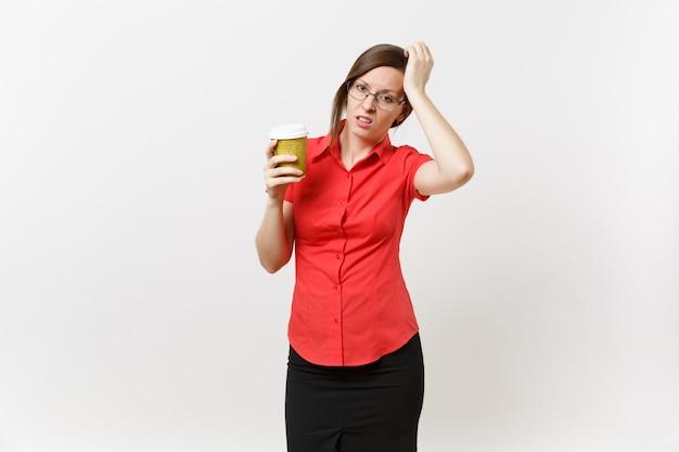 Portret van vermoeide jonge zakelijke leraar vrouw in rode shirt bril met kopje koffie of thee in handen geïsoleerd op een witte achtergrond. onderwijs of lesgeven in het vermoeidheidsconcept van de middelbare school.