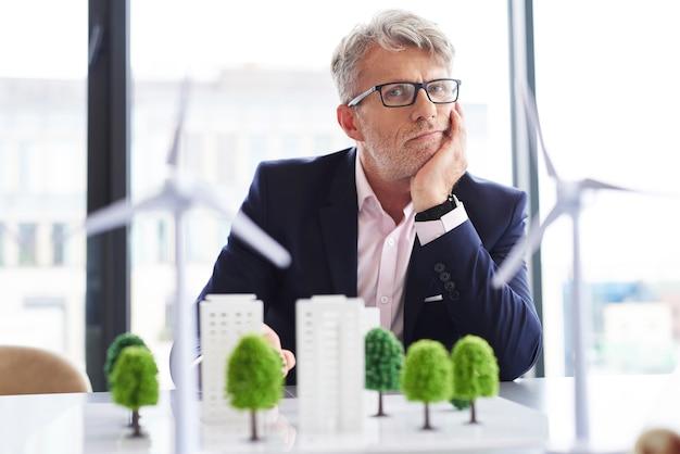 Portret van vermoeide zakenman op het werk