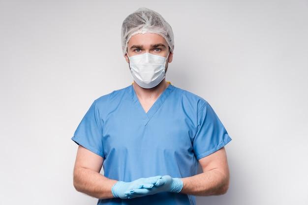 Portret van verpleegster die chirurgisch masker en handschoenen draagt