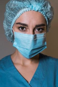 Portret van verpleegster die een medisch masker draagt