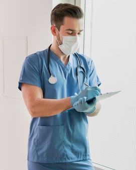 Portret van verpleegster die medische nota's schrijven