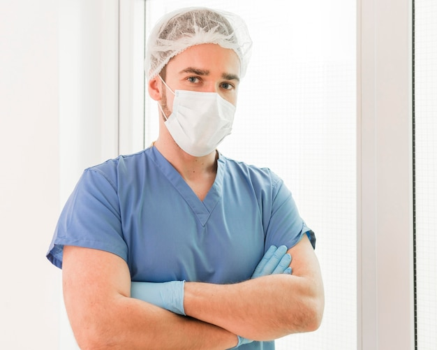 Portret van verpleegster die preventiemasker draagt