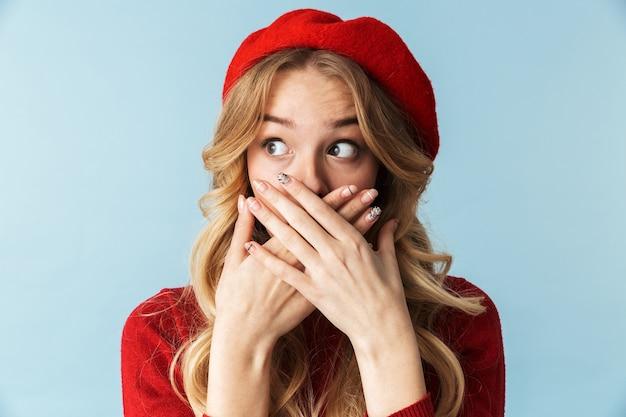 Portret van verraste blonde vrouwen20s die rode baret c dragen