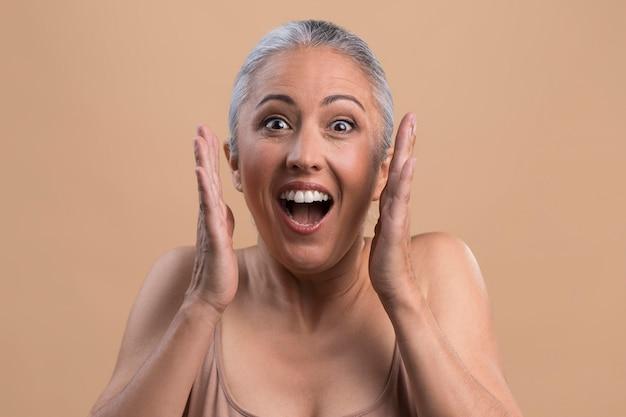 Portret van verraste oudere vrouw