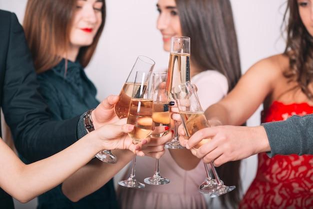 Portret van verschillende vrienden die een toast uitbrengen