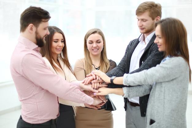 Portret van vertrouwen business team handen stapelen. concept van teamwerk