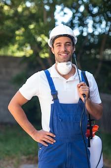 Portret van vertrouwen in insecticide werknemer