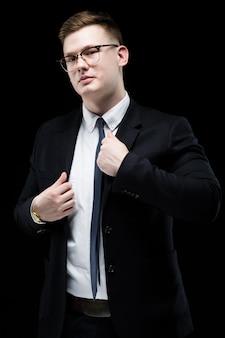 Portret van vertrouwen knappe ambitieuze gelukkig elegante verantwoordelijke zakenman met de handen op zijn jas