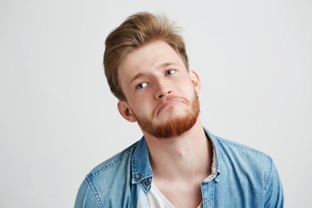 Portret van verveeld moe overstuur triest man met baard.