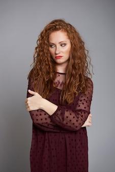 Portret van verveelde en verontwaardigde vrouw bij studio-opname