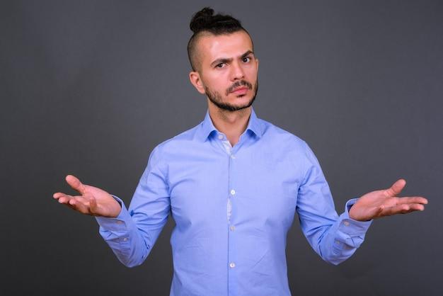 Portret van verwarde bebaarde turkse zakenman schouders ophalen