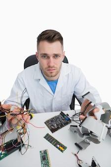 Portret van verwarde computeringenieur met cpu-delen