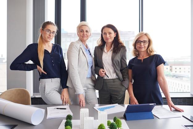 Portret van vier zakenvrouwen op kantoor