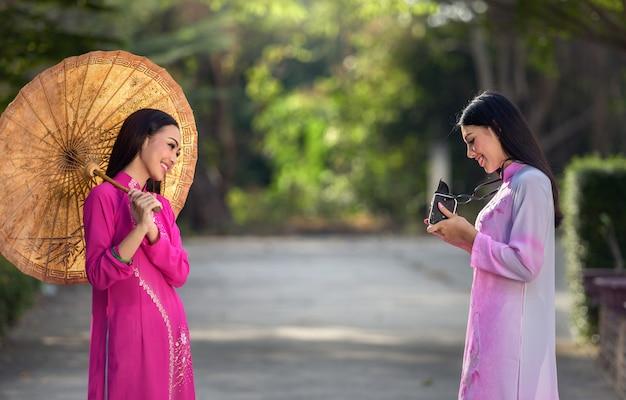 Portret van vietnamese meisjes traditionele kleding met camera