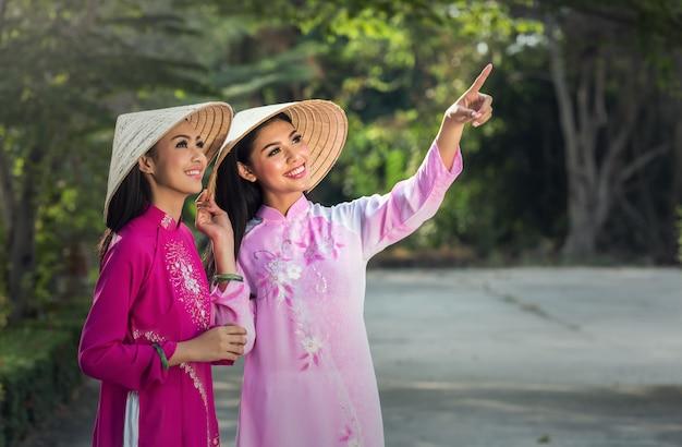 Portret van vietnamese meisjes traditionele kleding