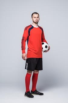 Portret van voetballer in rood overhemd dat op wit wordt geïsoleerd