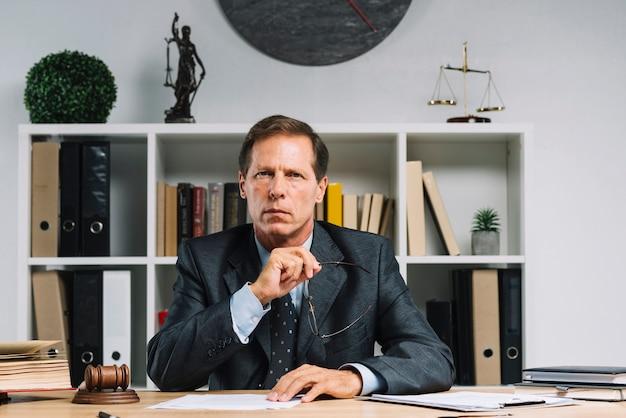 Portret van volwassen advocaat zitten in de rechtszaal
