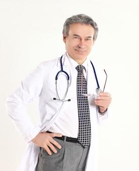 Portret van volwassen arts met witte jas en stethoscoop op geïsoleerde achtergrond.