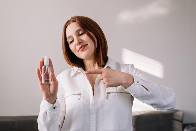 Portret van volwassen het ontsmettingsmiddelgel van de vrouwenholding