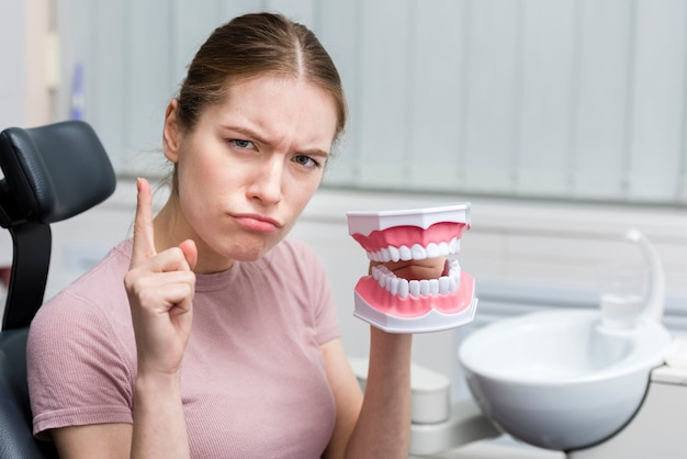 Portret van volwassen het stuk speelgoed van de vrouwenholding tanden